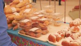 Choisissez les pâtisseries fraîches dans le supermarché clips vidéos