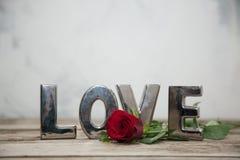 Choisissez rose sur la table en bois avec amour défini Images stock