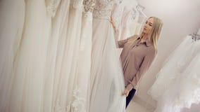 Choisissez un équipement pour épouser Entrepreneur de jeune femme Portrait dans le salon nuptiale photographie stock libre de droits