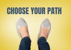 Choisissez votre texte de chemin et chaussures grises sur des pieds avec le fond jaune photos libres de droits