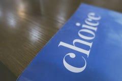 """Choix écrit de couverture de livre un """"sur la table en bois photo stock"""