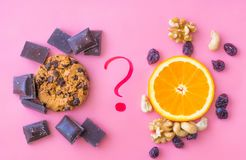Choix, alimentation saine ou nourriture industrielle de nourriture de régime photographie stock libre de droits