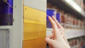 Choix de couleur de peinture pour le bois banque de vidéos
