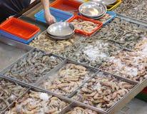 Choix des crevettes roses assorties sur le marché humide Photo stock