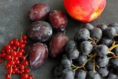 Choix des fruits d'été sur le conseil foncé Photos stock