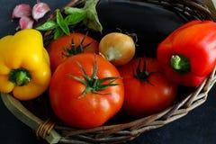 Choix des légumes dans le panier du marché sur le conseil foncé Photographie stock libre de droits