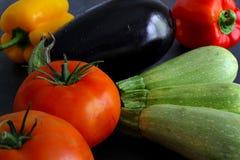 Choix des légumes sur le conseil foncé Photos stock