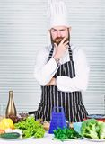 Choix des veggies les plus frais pour la salade homme barbu s?r recette de chef Aliment biologique suivant un r?gime Cuisine culi photographie stock