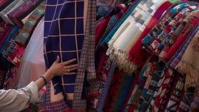 Choix du châle traditionnel de laine au marché de Katmandou au Népal clips vidéos
