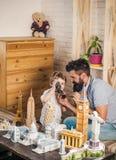 Choix du point de déplacement Fils et père de garçon avec des bâtiments de point de repère du monde en miniature Homme et petit e Photo stock