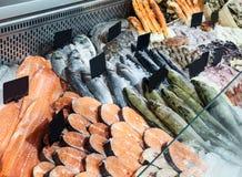 Choix du poisson frais dans le compteur réfrigéré image libre de droits