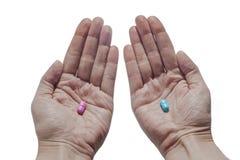 Choix entre les pilules dans des mains Image libre de droits