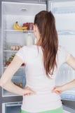 Choix implorant de nourriture de jeune femme images libres de droits