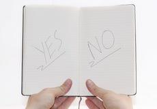 Choix oui/non sur le bloc-notes. Images stock