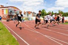 Chojnice, pomorskie/Польша - 29-ое мая 2019: Конкуренция атлетики на муниципальном стадионе Схватки в бежать и скакать внутри стоковое фото