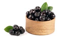 Chokeberry με το φύλλο στο ξύλινο κύπελλο στο άσπρο υπόβαθρο Μαύρα μούρα aronia Στοκ εικόνες με δικαίωμα ελεύθερης χρήσης