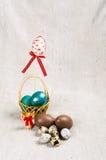 Chokladägg i en korg Royaltyfria Bilder