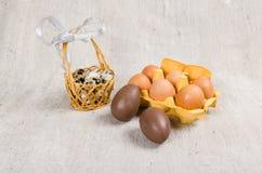 Chokladägg i en korg Arkivbilder
