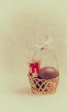 Chokladägg i en vide- korg Arkivbild