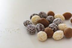 Chokladägg på den vita tabellen arkivfoto