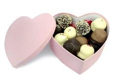 Choklad - bestrukna kräm- puffs i en hjärtaformask Royaltyfri Fotografi
