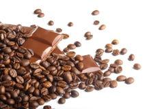Choklad bommar för och kaffebönor arkivfoto