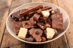 Choklad, bränd mandel och krydda royaltyfria foton