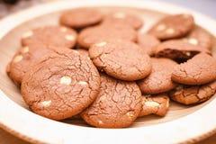 Choklad - bruna kakor på en platta Royaltyfria Bilder