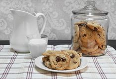 Choklad Chip Cookies i en glass kanister och på en platta Royaltyfria Bilder