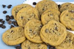 Choklad Chip Cookies och chokladchiper Fotografering för Bildbyråer