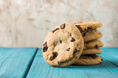 Choklad Chip Cookies på blåtttabellen royaltyfria foton