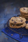 Choklad Chip Cookies på en lantlig kyla kugge Arkivbild