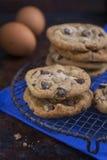 Choklad Chip Cookies på en lantlig kyla kugge Arkivfoton