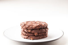 Choklad Chip Cookies på plattan Royaltyfri Foto