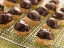 choklad doppade profiteroles Arkivbild