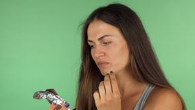 Choklad för avsmakning för ung kvinna som mörk ser sviken stock video