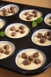 choklad går muffinugnen som är rå till att vänta Arkivbilder