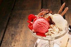 Choklad-, jordgubbe- och vaniljglass Arkivfoton