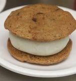 Choklad kakaglasssmörgås med vaniljglassmitten royaltyfri foto