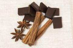 Choklad, kanelbruna pinnar och stjärnaanis Arkivfoton