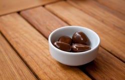Choklad klumpa ihop sig i en vitmaträtt Arkivbild