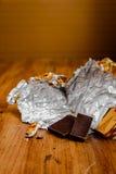 Choklad med guld- folie Arkivbilder