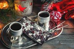 Choklad med mandlar och svart kaffe för russin på en hemtrevlig jultabell Närbild snow Royaltyfria Bilder