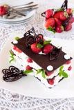 Choklad Mille-Feuille med jordgubbar Royaltyfri Fotografi