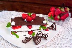 Choklad Mille-Feuille med jordgubbar Fotografering för Bildbyråer