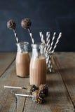 Choklad mjölkar med kakapop Arkivbilder