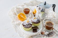 Choklad- och apelsinmuffin med kaffe Fotografering för Bildbyråer