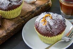 Choklad- och apelsinmuffin med kaffe Arkivbild