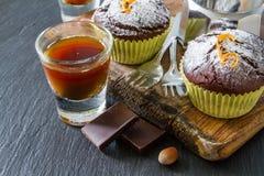 Choklad- och apelsinmuffin med kaffe Arkivbilder