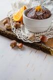 Choklad- och apelsinmuffin med kaffe Arkivfoto